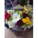 Кутия с цветя с жълта пеперуда