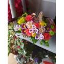 Кутия с цветя с  кафява пеперуда