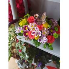 Кутия с цветя с  пеперуда