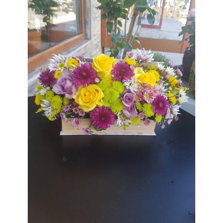 Кутия с цветя с жълта рози